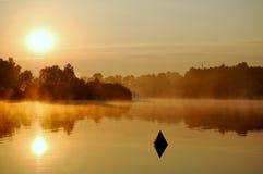 De bezinningen van de ochtend in water Stock Foto