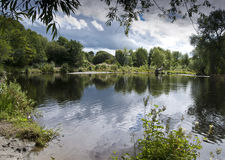 De Bezinningen van de rivieroever Stock Foto