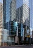 De bezinningen van de stad in vensters stock afbeeldingen