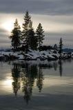 De Bezinningen van de winter in een Rotsachtige baai Stock Afbeelding