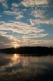 De Bezinningen van de zon en van Wolken Stock Foto