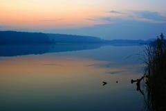 De bezinningen van de zonsondergang stock fotografie