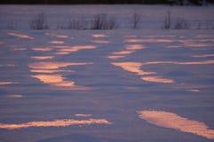 De bezinningen van de zonsondergang in sneeuw Royalty-vrije Stock Foto's