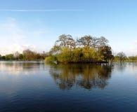De Bezinningen van het meer Stock Foto
