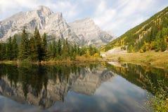 De bezinningen van het meer en van de berg