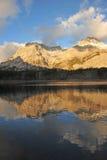De bezinningen van het meer en van de berg stock fotografie