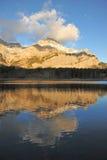 De bezinningen van het meer en van de berg royalty-vrije stock fotografie