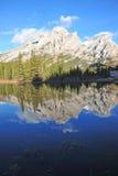 De bezinningen van het meer en van de berg Royalty-vrije Stock Afbeeldingen