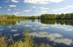 De bezinningen van het meer en van wolken Stock Foto
