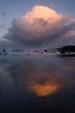 De Bezinningen van het strand in Dawn Stock Foto's