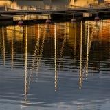 De bezinningen van het water bij zonsondergang. stock foto's
