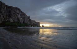 De bezinningen van het zonsondergangstrand bij Morro-Rots op de centrale kust van Californië bij Morro-Baai Californië de V.S. royalty-vrije stock fotografie