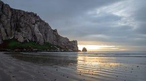 De bezinningen van het zonsondergangstrand bij Morro-Rots op de centrale kust van Californië bij Morro-Baai Californië de V.S. royalty-vrije stock foto