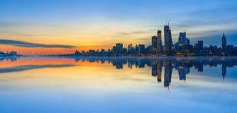 De Bezinningen van de de Stadshorizon van New York bij zonsopgang Stock Foto's