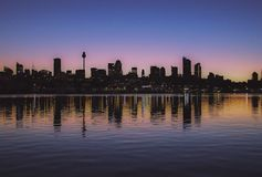 De bezinningen van de de stadshorizon van Sydney australië stock fotografie