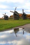De bezinningen van windmolens stock afbeelding