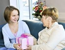 De bezoekende grootmoeder van de kleindochter Stock Foto