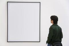 De bezoeker kijkt op frame royalty-vrije stock afbeeldingen