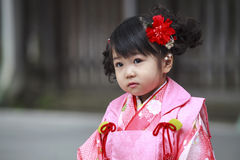 De bezoeker kleedt omhoog een traditionele dree bij meiji-Jinguheiligdom Stock Afbeeldingen