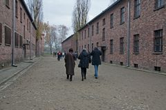 De bezoekers aan de vroegere concentratie en de uitroeiing kamperen auschwitz-Birkenau in Polen stock afbeelding