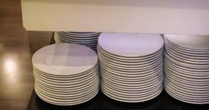 De bezoekers aan het restaurant nemen draaien witte platen stock videobeelden