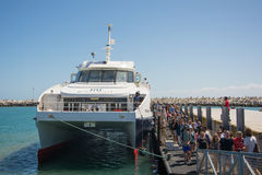 De bezoekers aan Robben-Eiland komen door Catamaran van het V&A-Water aan Royalty-vrije Stock Foto