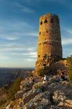 De bezoekers bekijken uit in Grand Canyon naast steenwatchtower in het Nationale Park van Grand Canyon royalty-vrije stock foto