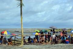 De bezoekers bij traditionele dans maskeren festival Papoea-Nieuw-Guinea Stock Foto's