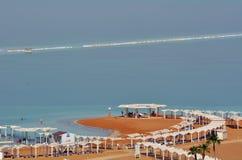 De bezoekers in Ein Bokek nemen in Sead Sea, Israël zijn toevlucht Stock Foto's