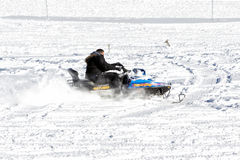 De bezoekers genieten van de sneeuw op sneeuwscooters in Falakro-skicentrum, Gr. Stock Afbeelding