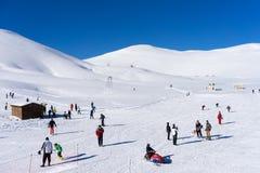 De bezoekers genieten van de sneeuw ski?end op de berg van Falakro, Greec Royalty-vrije Stock Foto