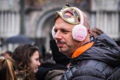 De bezoekers kleden zich omhoog voor Mardi Gras-vieringen in Venetië Royalty-vrije Stock Foto's