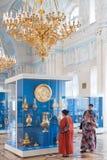 De bezoekers letten op gouden schepen in Kluis, St. Petersburg Royalty-vrije Stock Afbeelding