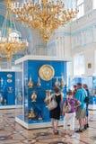 De bezoekers letten op gouden schepen in Kluis in St. Petersburg Royalty-vrije Stock Fotografie