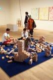 De bezoekers maken interactieve kunst in de Nieuwe Tate Modern-bouw royalty-vrije stock foto's