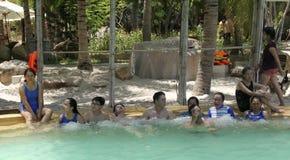 De bezoekers nemen een mineraalwater - bad bij I - Toevlucht, Nha Trang, Vietnam royalty-vrije stock foto