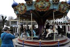 DE BEZOEKERS IN TIVOLI TUINIEREN BIJ HET OPENEN VAN DAGEN Royalty-vrije Stock Foto's