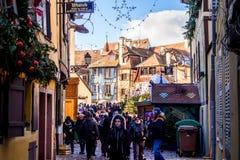De bezoekers van de Kerstmismarkt in Colmar Stock Foto's