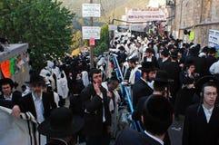 De bezoekers vieren Vertraging B'Omer bij het graf van Rebbe Shimon Bar Yochai stock afbeelding