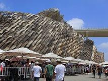 De bezoekers vormen een rij om het paviljoen van Spanje te bezoeken Stock Foto