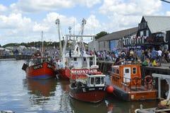 De bezoekers vullen de haven aan steekproefoesters bij het Whitstable-Oesterfestival royalty-vrije stock foto's