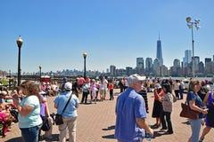De bezoekers wachten in Liberty State Park op Standbeeldcruises om Dame Liberty en Immigratiemuseum op Ellis Island te bezoeken royalty-vrije stock foto