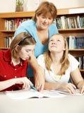 De bibliothecaris staat Studenten bij royalty-vrije stock afbeelding