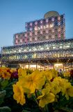 De bibliotheek en de lentebloemen van Birmingham bij Honderdjarig Vierkant stock afbeelding