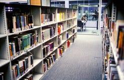 De bibliotheek van de campus stock afbeeldingen