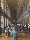 De Bibliotheek van de drievuldigheidsuniversiteit, Dublin, Ierland stock foto's