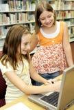 De Bibliotheek van de school - Pret online Royalty-vrije Stock Foto's