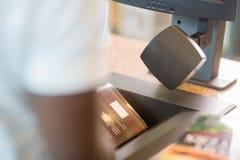 De Bibliotheekteller van bibliothecarisscanning books at Royalty-vrije Stock Afbeelding