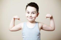 De bicepsen van de jong geitjeverbuiging Stock Afbeeldingen