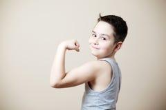 De bicepsen van de jong geitjeverbuiging Stock Fotografie